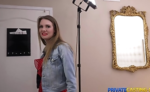 Blonde takes money be advantageous to fast sex at private casting